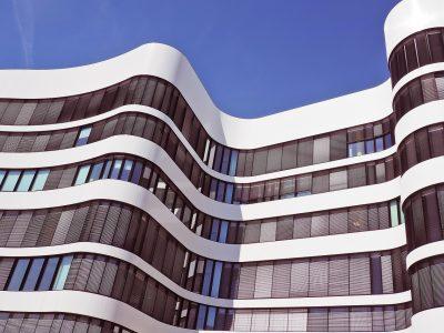 Calfeutrage de bâtiment commercial et travail en hauteur